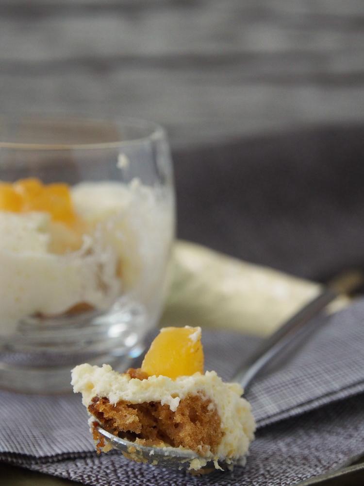 Aprikosen-Mousse mit Honigkuchen