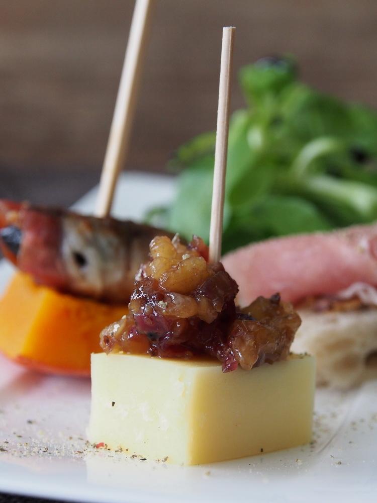 Käsewürfel mit Birnen-Chutney