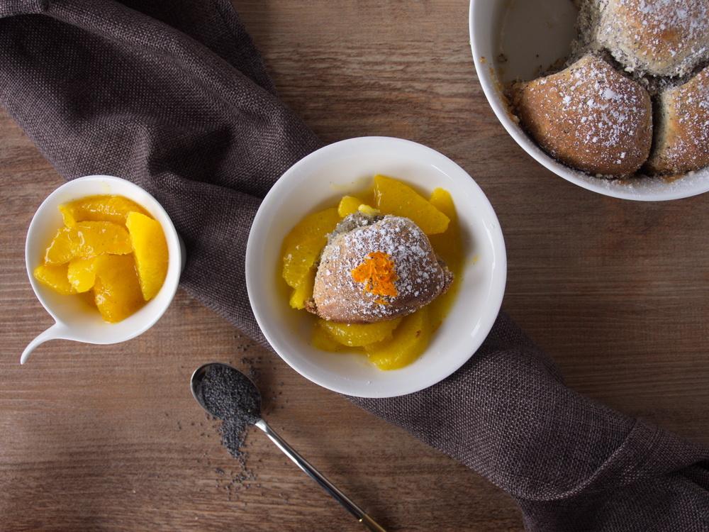 Mohn-Marzipan-Buchteln mit Orangenkompott