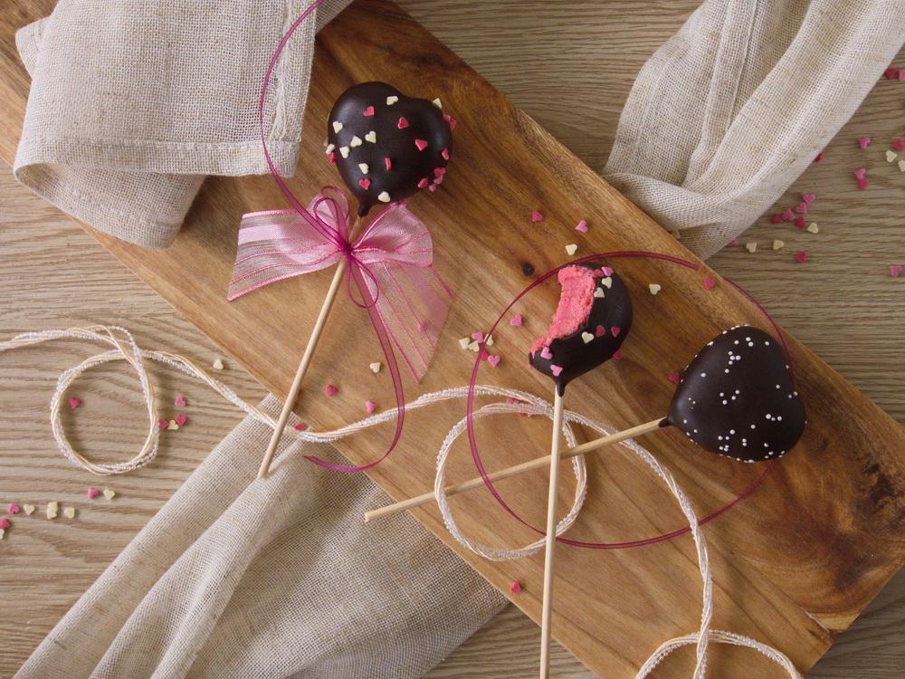 Himbeer-Herz-Cake Pops