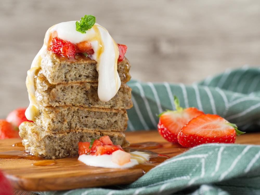 Chia-Pancakes mit Erdbeeren und Joghurt-Sahne
