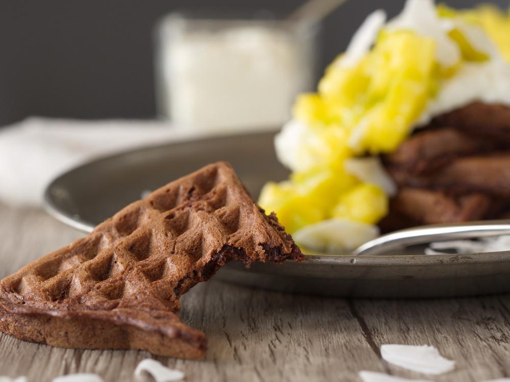 Brownie-Waffeln mit Kokoscreme und Mango