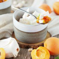 Baiser mit Aprikosen-Röster und Sahne