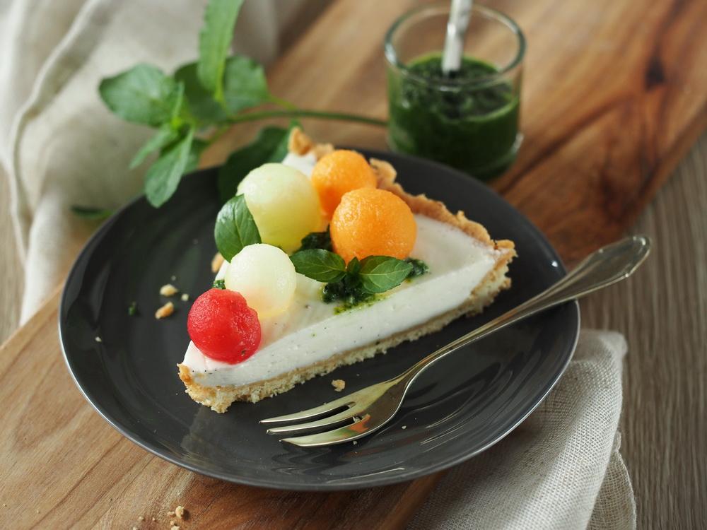 Melonen-Buttermilch-Tarte mit Minz-Pesto