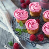 Cupcakes mit Himbeer-Curd-Füllung