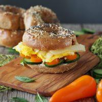 Frühstücks-Vollkorn-Bagel mit Rührei