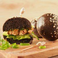 Lachs-Burger mit Sepia-Bun, Matcha und Ingwer