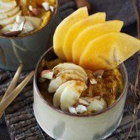 Goldener Buchweizen-Porridge mit Mandeln und Sharonfrucht