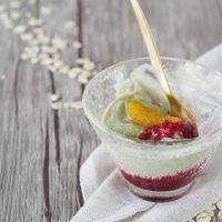 Matcha-Joghurt mit Himbeeren und gerösteten Orangen