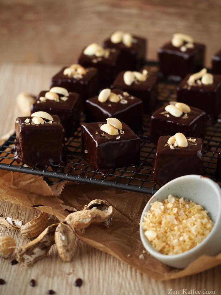 Baumkuchen-Würfel mit Erdnüssen, Zartbitterschokolade und Salz