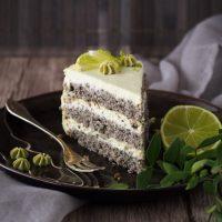Matcha-Torte mit schwarzem Sesam und weißer Schokolade
