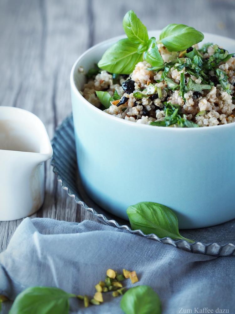 Quinoa-Salat mit Pistazien, Kirschen und Feta