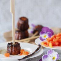 Cannéles mit Vanillesoße und Papaya