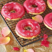Donuts mit Cheesecake-Füllung und Himbeer-Glasur