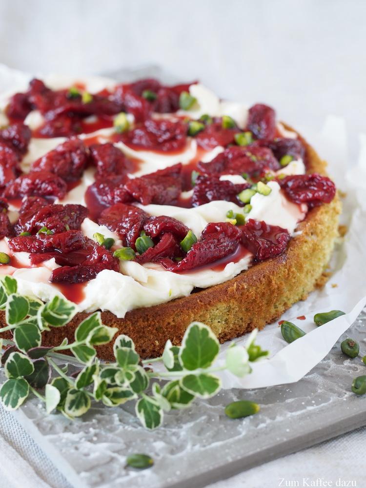 Pistazien-Kuchen mit gerösteten Erdbeeren