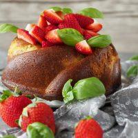Basilikum-Kuchen mit Erdbeeren