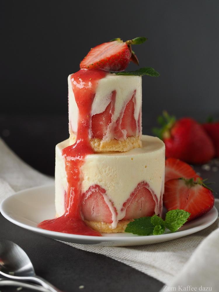 Eistörtchen mit Sesam und Erdbeeren