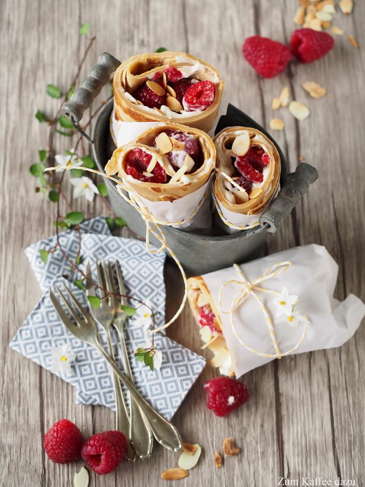 Espresso-Pfannkuchen-Wraps mit Mandel-Sahne und Himbeeren