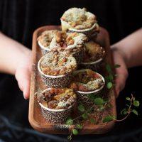 Matcha-Muffins mit Nektarinen und Sesam-Streusel