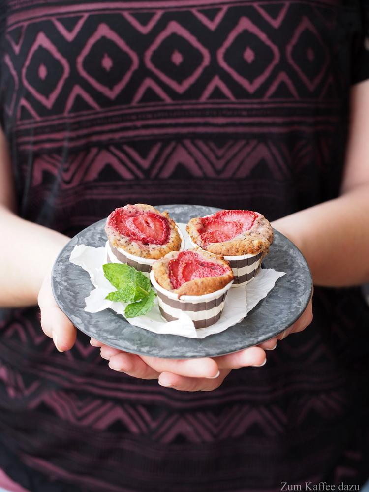 Mohn-Muffins mit Erdbeeren