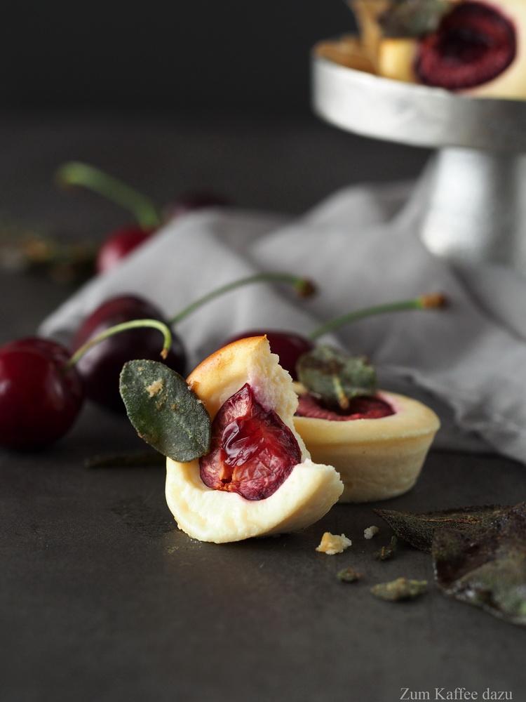 Ziegenkäse-Küchlein mit Kirschen und karamellisiertem Salbei