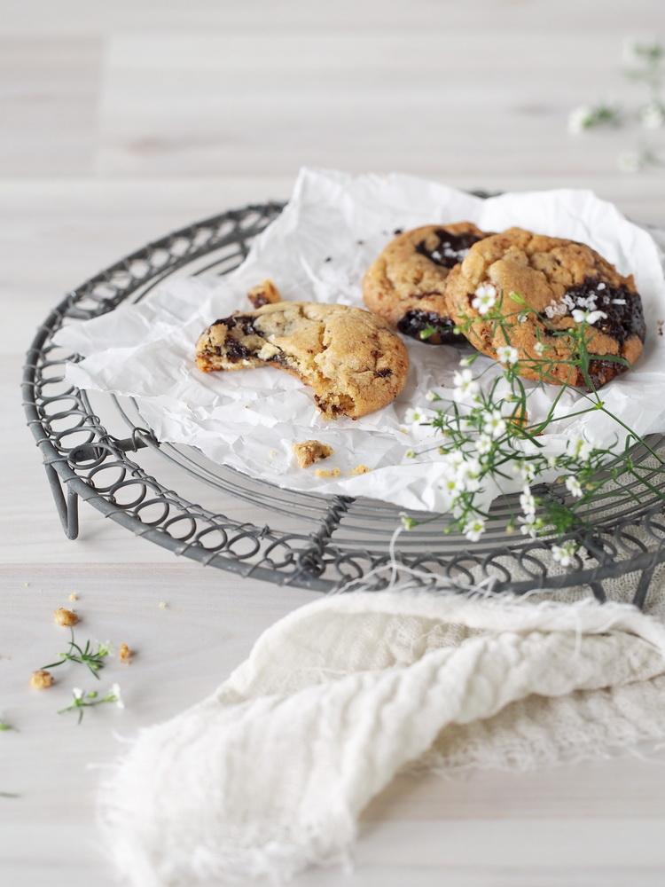 Cookies mit dreierlei Schokolade und Meersalz