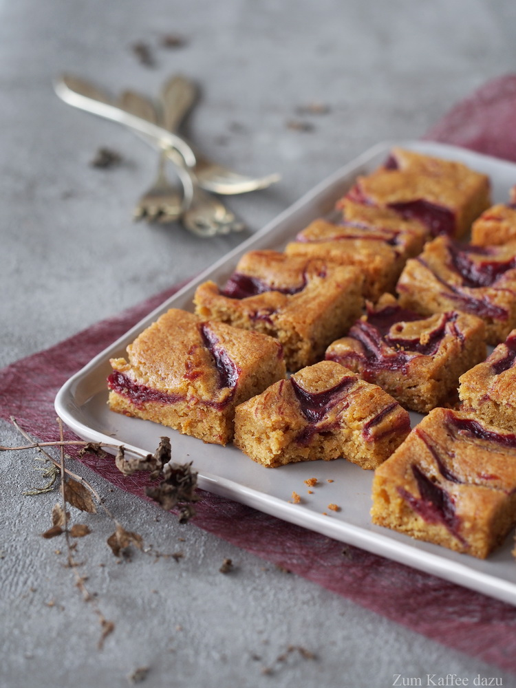Chai-Blondies mit Kirschen