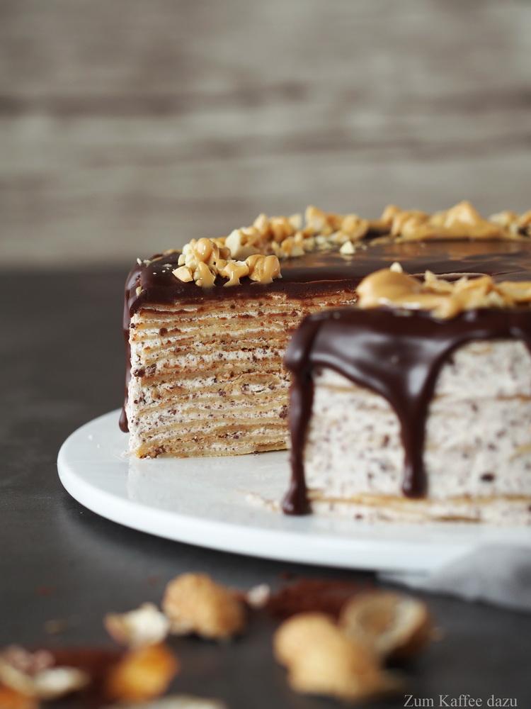 Crêpe-Torte mit Zartbitterschokolade und Erdnüssen