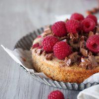 Lauwarmer Haselnusskuchen mit Schokolade und Himbeeren
