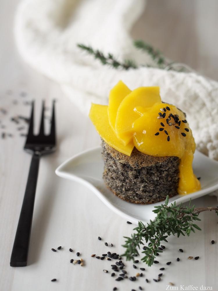 Schwarzer Sesamkuchen mit Mango