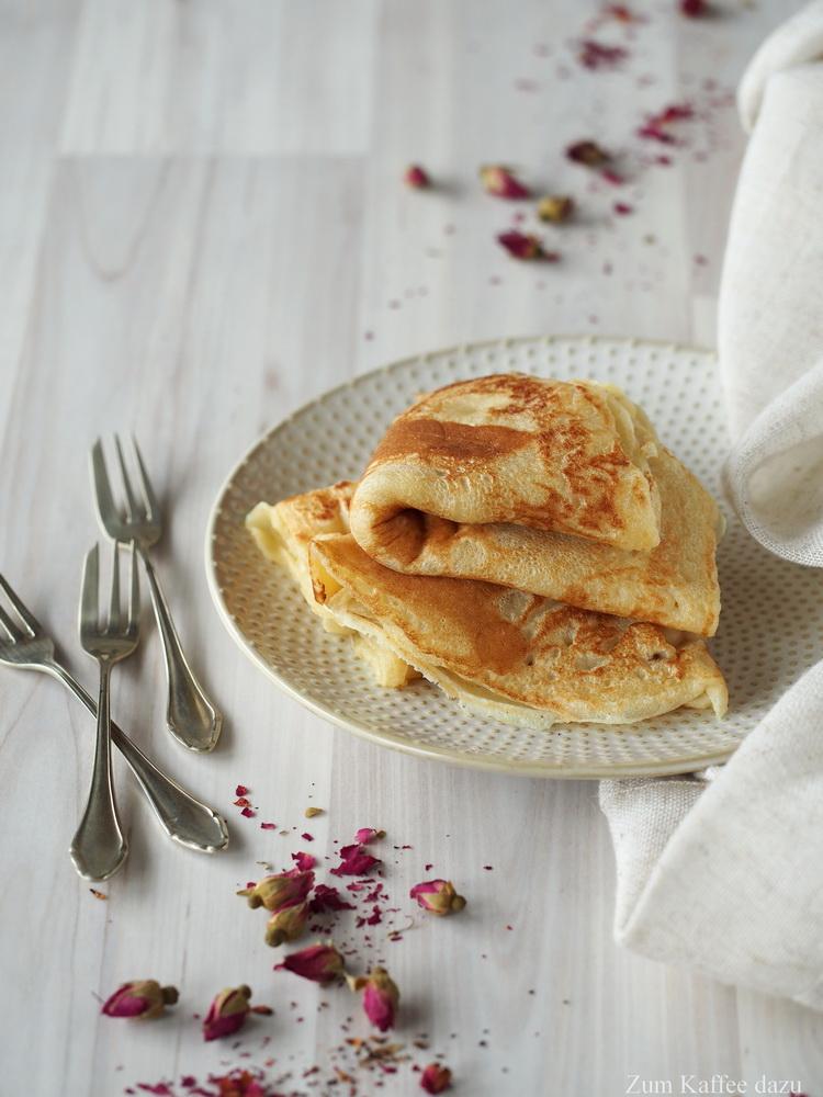 Pfannkuchen mit Rhabarber und Rosen-Crème Fraîche