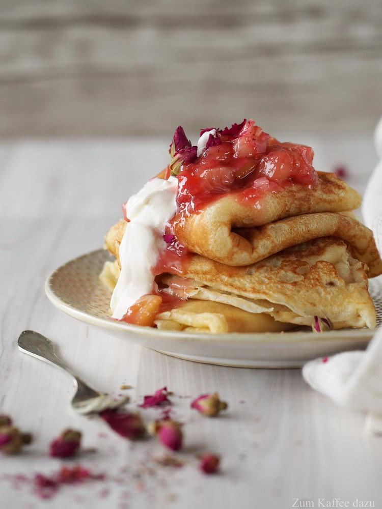 Einfach der beste oder Pfannkuchen mit Rhabarber und Rosen-Crème Fraîche