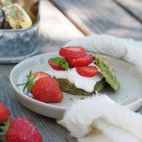 Matcha-Scones mit Erdbeeren