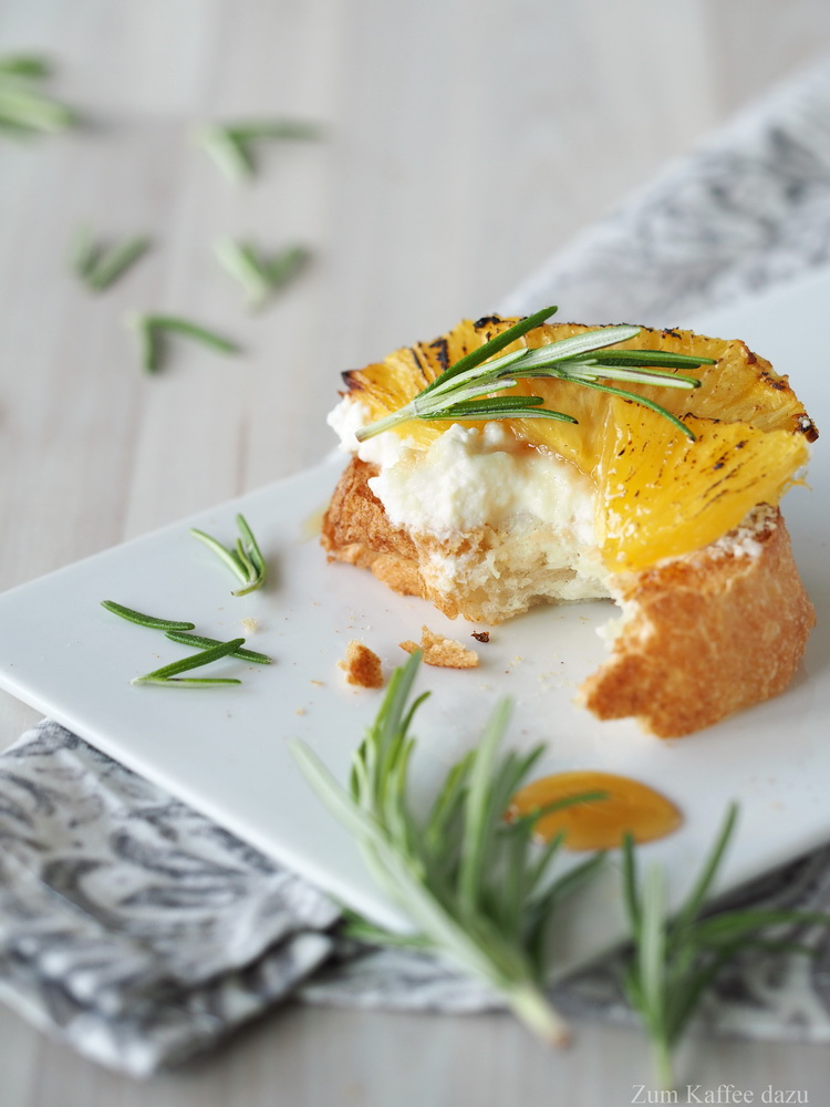 Ananas-Bruschetta mit cremig gerührtem Ricotta und Rosmarin