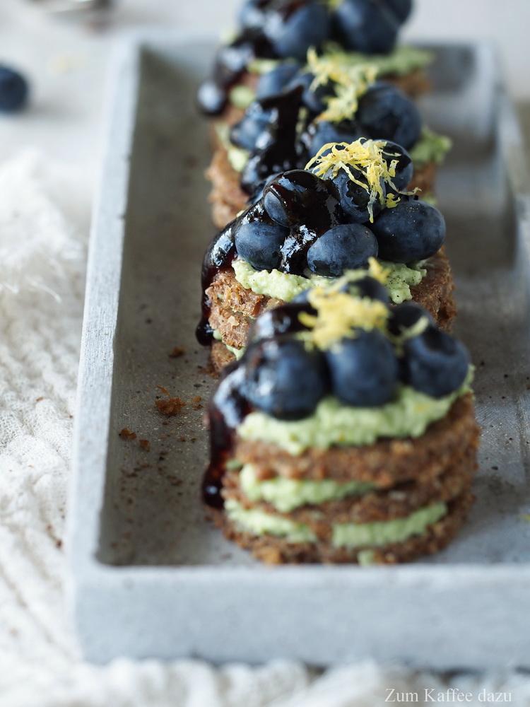 Blaubeer-Avocado-Canapés mit Balsamico