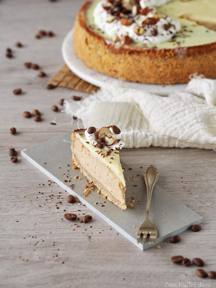 Espresso-Cheesecake mit Haselnuss und weißer Schokolade