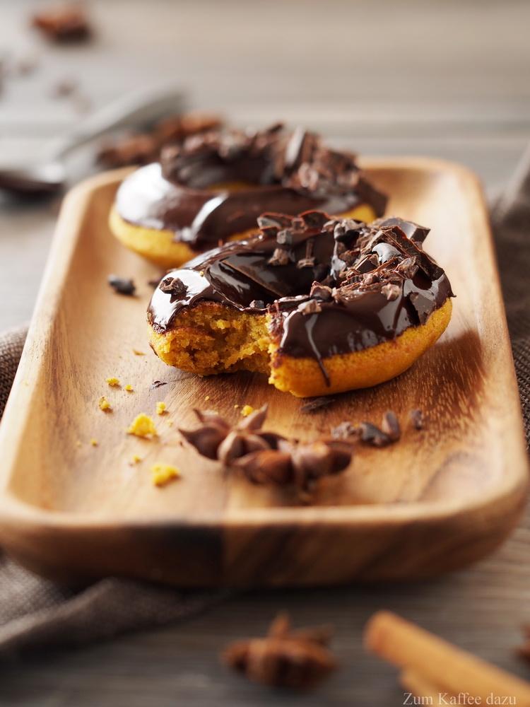 Chai-Donuts mit Kürbis und dunkler Schokolade