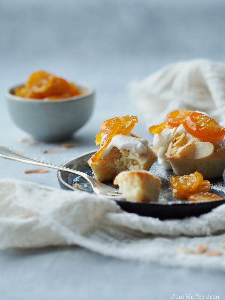 Mandelmuffins mit Kumquatmarmelade und Sahne